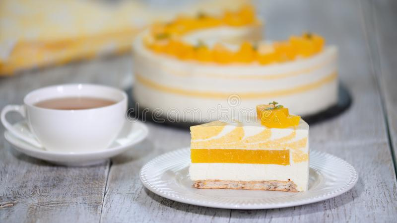 Primer de la torta deliciosa de la crema batida del melocotón fotos de archivo libres de regalías