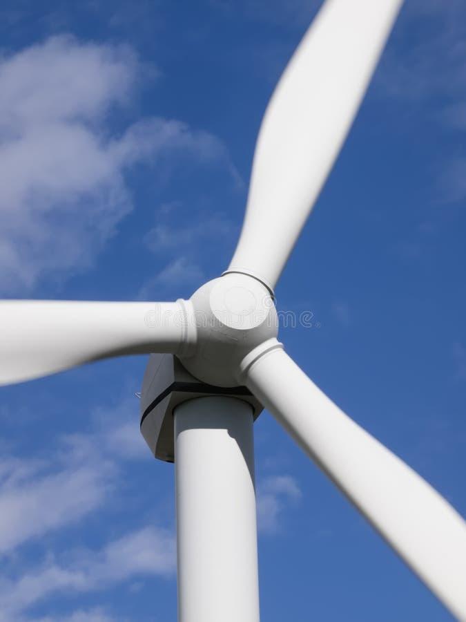 Primer de la vista delantera de la turbina de viento en los cielos azules fotos de archivo libres de regalías