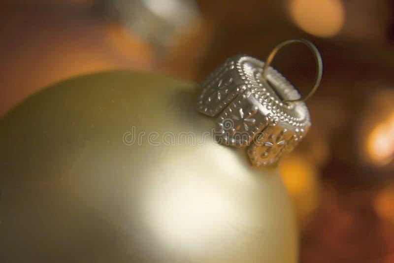 Primer de las bolas de la Navidad en el fondo de la luz de la Navidad foto de archivo