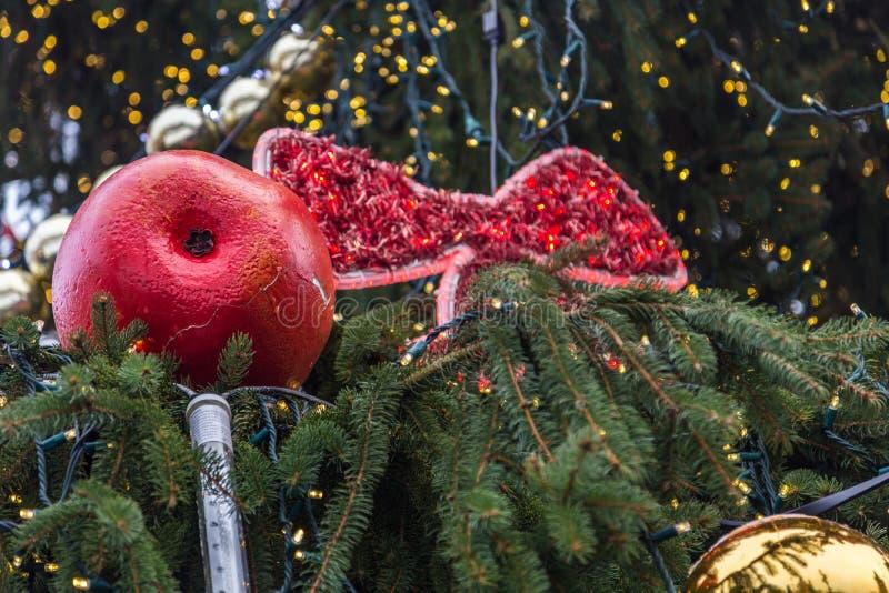 Primer de las decoraciones del árbol de navidad, Praga, República Checa fotografía de archivo