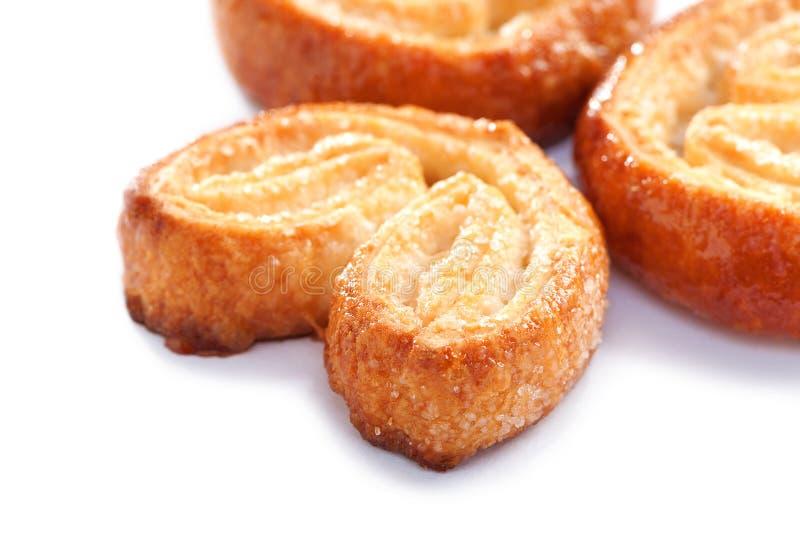 Primer de las galletas de la pasta de hojaldre en el fondo blanco imagen de archivo