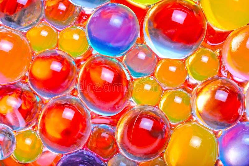 Primer de las gotas multicoloras del hidrogel imagenes de archivo