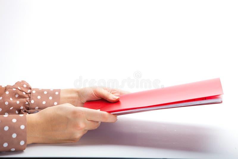 Primer de las manos femeninas que hacen notas imagen de archivo libre de regalías
