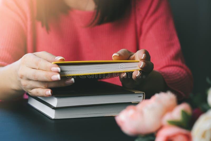 Primer de las manos femeninas que sostienen un libro imagen de archivo