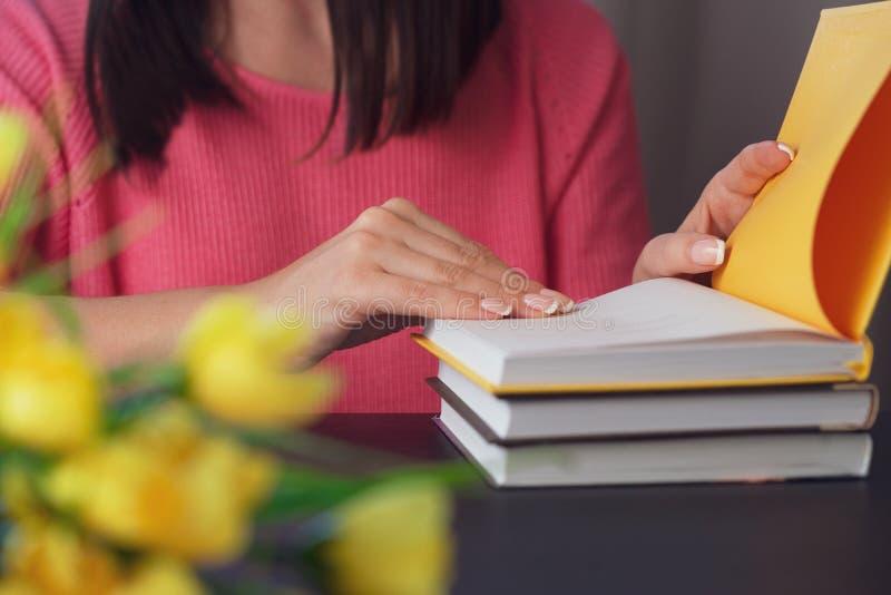 Primer de las manos femeninas que sostienen un libro fotografía de archivo