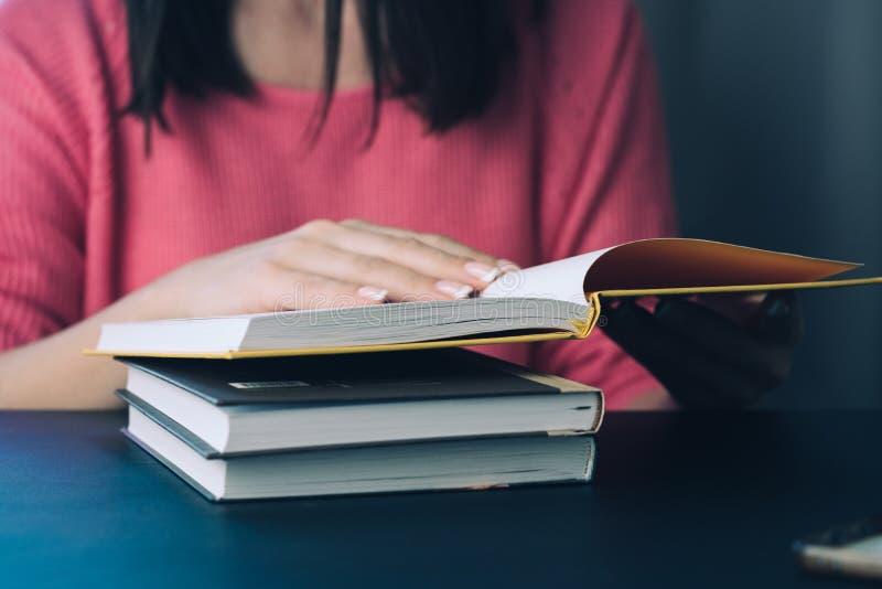 Primer de las manos femeninas que sostienen un libro imagen de archivo libre de regalías