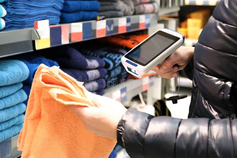 Primer de las manos de las mujeres que exploran el código de barras de mercancías en un supermercado imagen de archivo libre de regalías