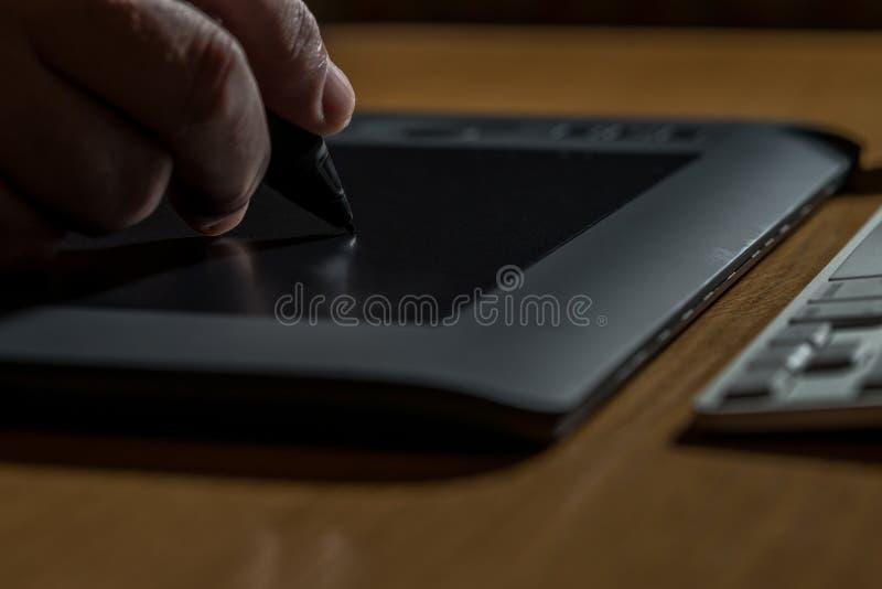 Download Primer De Las Manos Que Dibujan En La Tableta Gráfica Foto de archivo - Imagen de pista, gráfico: 42432670