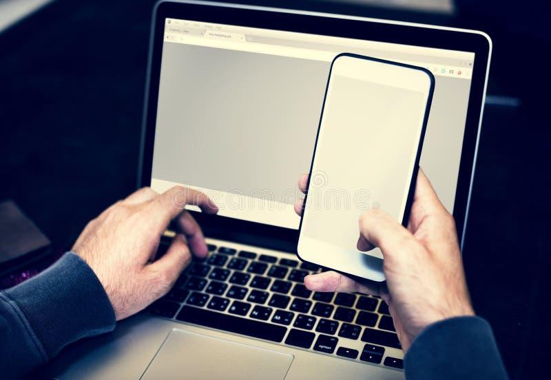 Primer de las manos que sostienen el teléfono móvil fotografía de archivo