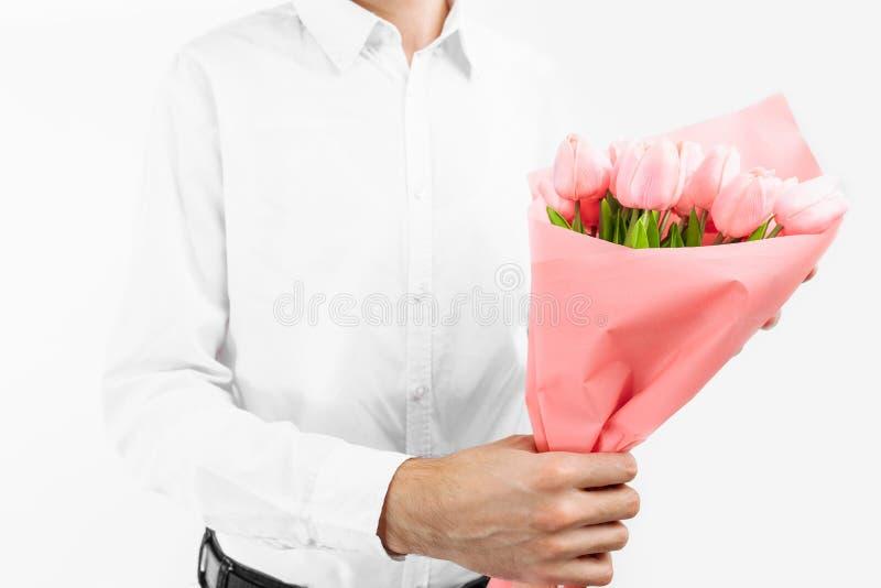 Primer de las manos que sostienen un ramo de tulipanes, regalo para el día de tarjeta del día de San Valentín foto de archivo