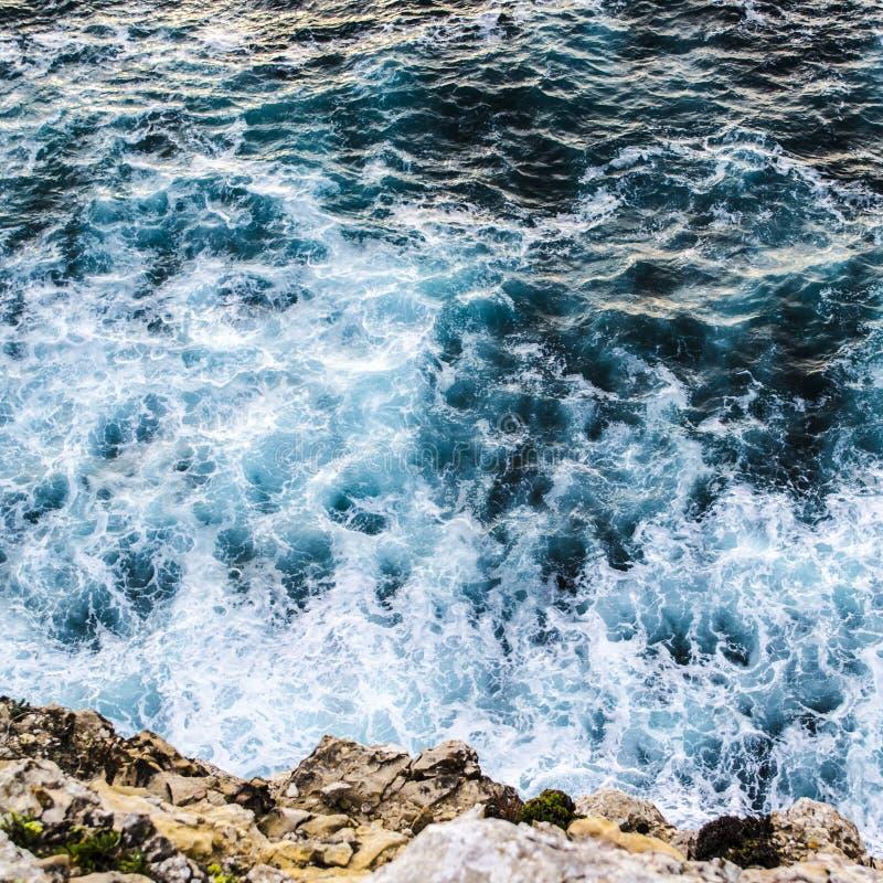 Primer de las ondas que se rompen contra la cara del acantilado en Portugal imagen de archivo