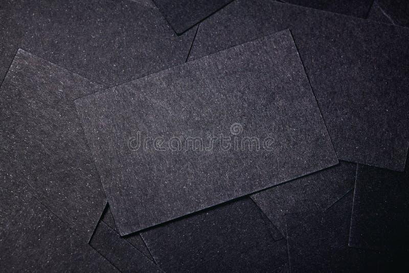 Primer de las tarjetas de visita negras en blanco horizontal imágenes de archivo libres de regalías