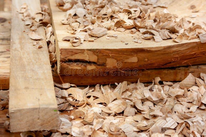 primer de las virutas de madera del serr?n y de la luz en el taller de la carpinter?a despu?s de procesar aserrado de la madera foto de archivo libre de regalías