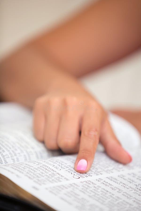 Primer de leer la Sagrada Biblia foto de archivo
