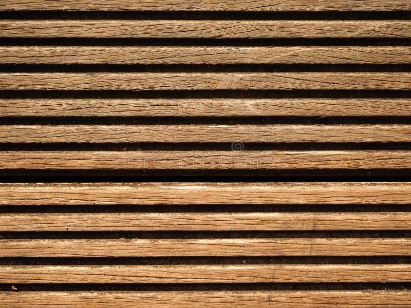 Primer de listones de madera en tablero del decking imagenes de archivo
