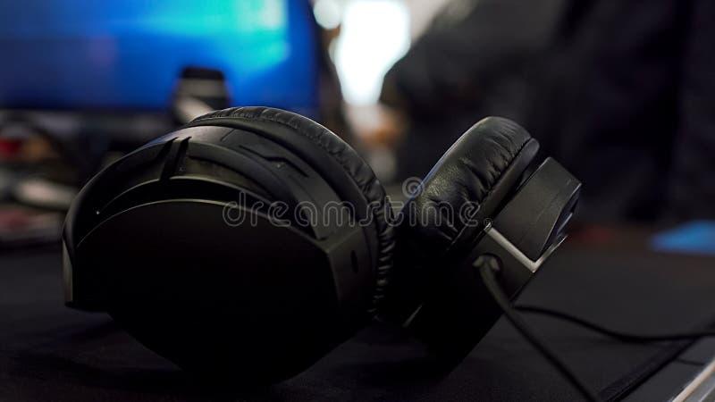 Primer de los auriculares, concepto que escucha de la música digital, equipo estéreo del volumen fotos de archivo