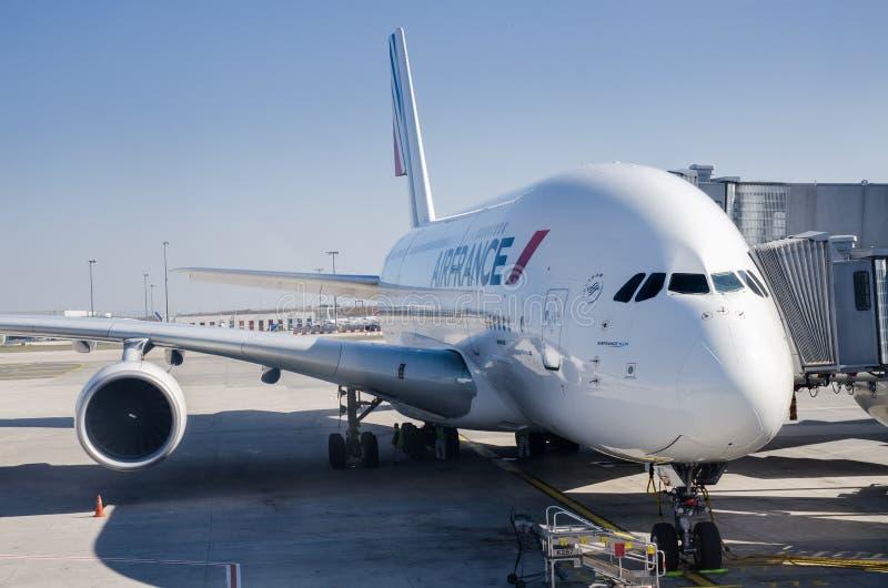 Primer de los aviones de Air France A380 y del puente del jet fotografía de archivo