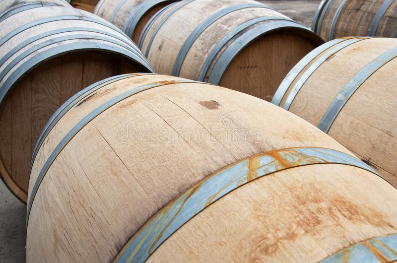 Primer de los barriles de madera del vino en luz del sol fotografía de archivo libre de regalías