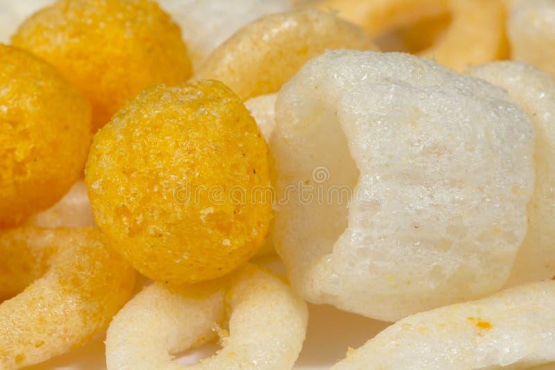 Primer de los bocados hechos de trigo soplado, de maíz y de otros cereales imágenes de archivo libres de regalías