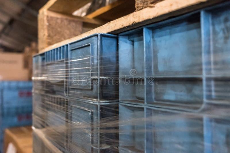 Primer de los cajones plásticos azules del transporte vistos dentro de un almacén de distribución fotos de archivo libres de regalías