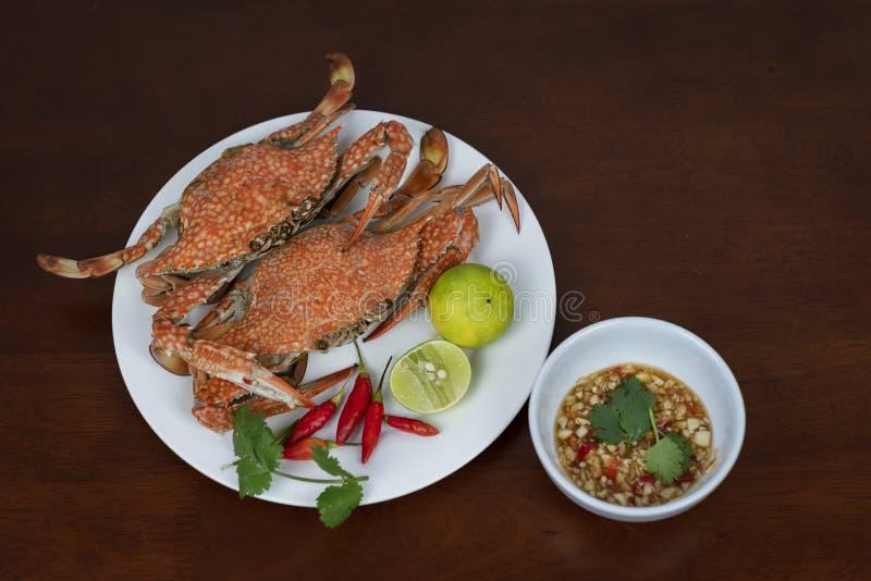 Primer de los cangrejos azules con la salsa de inmersión tailandesa de los mariscos en una placa, o fotos de archivo libres de regalías