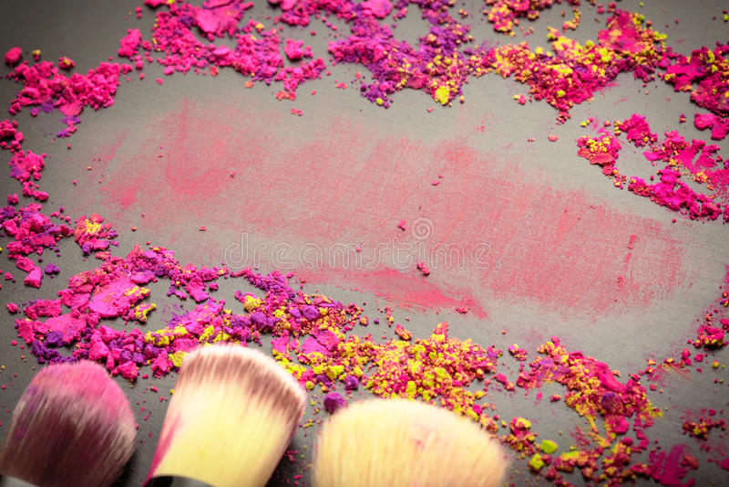 Primer de los cepillos del maquillaje con textura del maquillaje imágenes de archivo libres de regalías