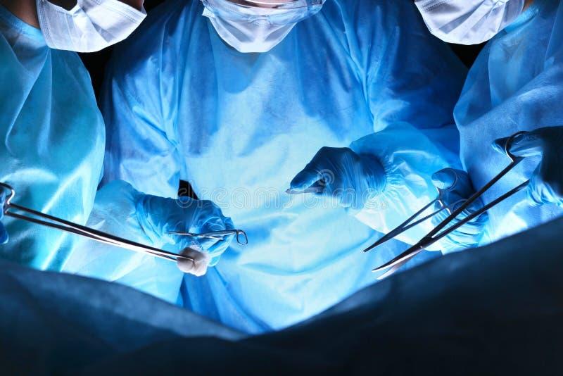 Primer de los cirujanos que realizan la operación Foco en las manos humanas usando las herramientas profesionales Medicina, cirug imagen de archivo
