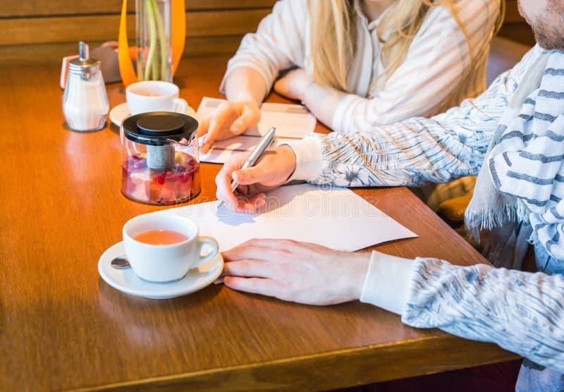 Primer de los colegas del negocio que trabajan junto en un problema duro en dentro el café imagen de archivo libre de regalías