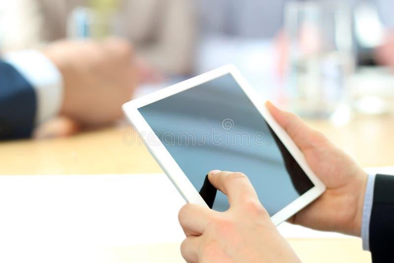Primer de los datos de Analyzing del hombre de negocios sobre la tableta de Digitaces fotografía de archivo