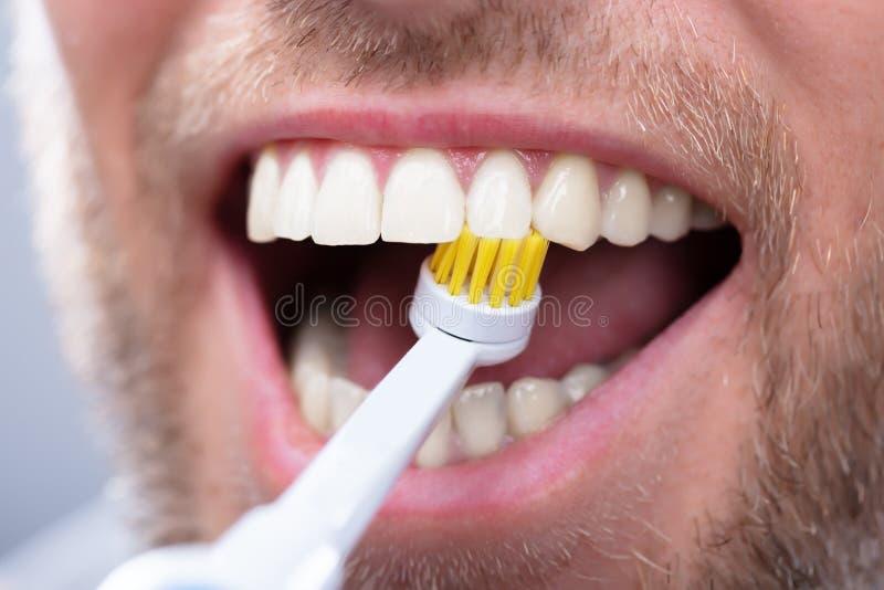 Primer de los dientes de cepillado de un hombre imágenes de archivo libres de regalías