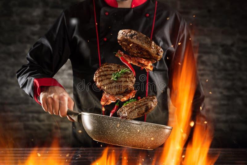 Primer de los filetes de hamburguesa del cocinero que lanzan ilustración del vector