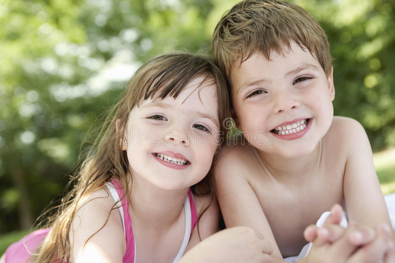 Primer de los niños que mienten en patio trasero fotos de archivo libres de regalías