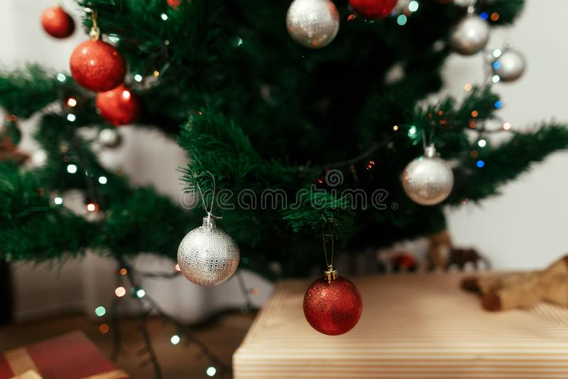 Primer de los ornamentos coloridos, rojos y de plata de la Navidad en chri imágenes de archivo libres de regalías