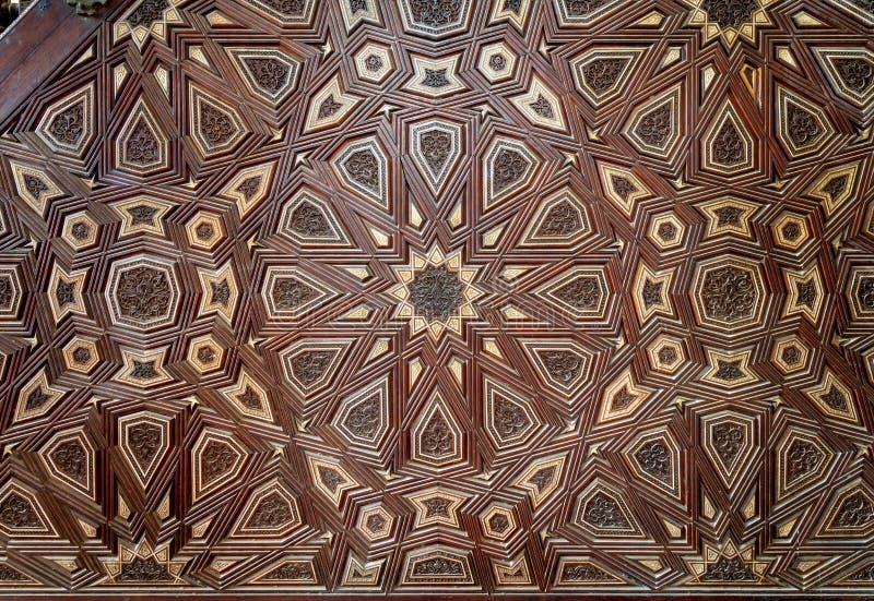 Primer de los ornamentos del arabesque de minbar adornada envejecida viejo de la mezquita de Qalawun del ibn de Sultan al Nasir M imagen de archivo