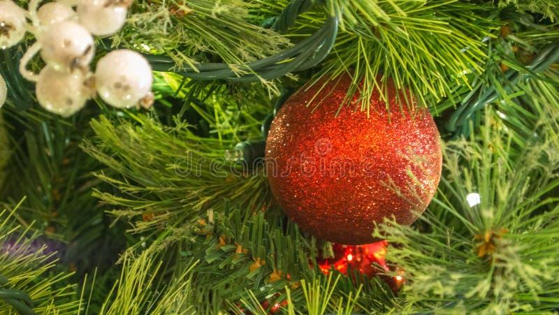 Primer de los ornamentos mezclados de la Navidad en árbol con las luces en marco fotografía de archivo libre de regalías