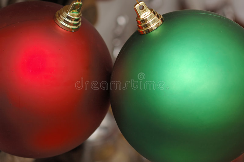 Primer de los ornamentos rojos y verdes de la Navidad foto de archivo