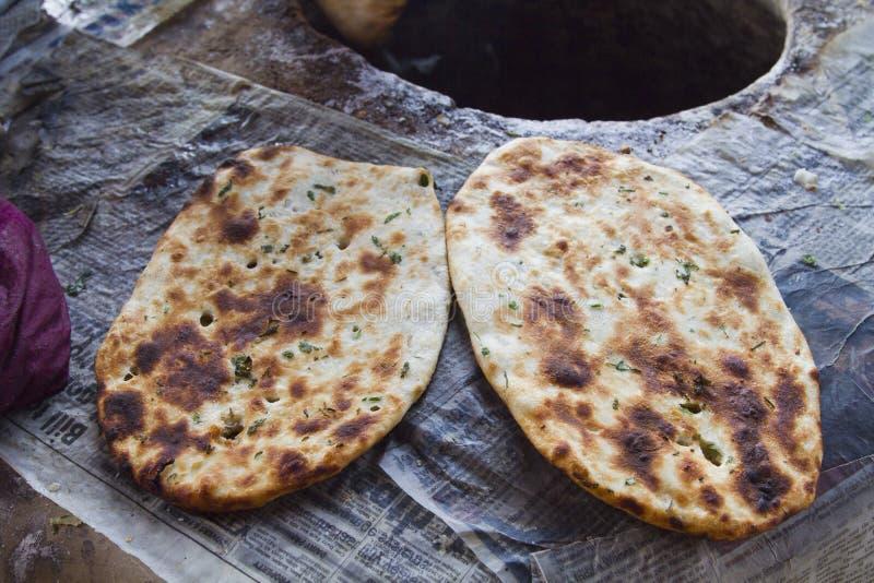 Primer de los panes indios (Kulcha), Amritsar, Punjab, la India imagen de archivo