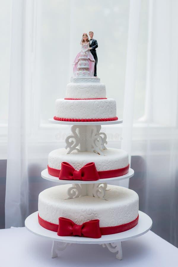 Primer de los pares de la estatuilla en el pastel de bodas en el parque fotos de archivo libres de regalías