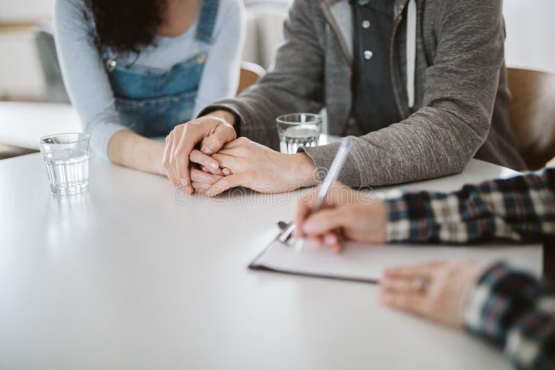 Primer de los pares que llevan a cabo las manos durante la sesión de terapia para el matrimonio fotografía de archivo