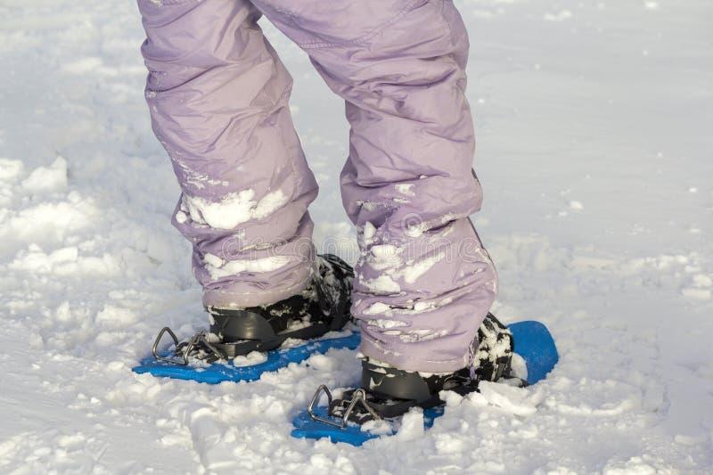 Primer de los pies y de las piernas del esquiador del hombre en esquís anchos profesionales brillantes plásticos cortos en fondo  fotos de archivo libres de regalías
