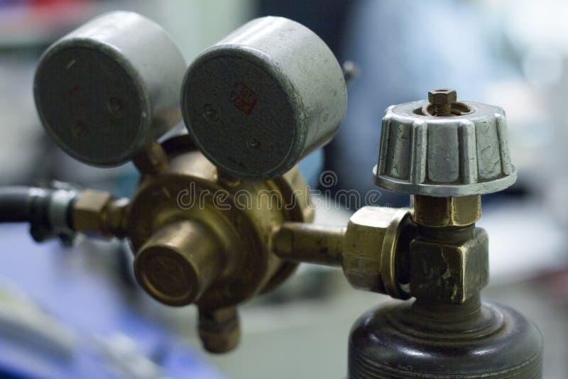Primer de los sensores de la presión en un cilindro de oxígeno con las inscripciones en ruso fotos de archivo libres de regalías