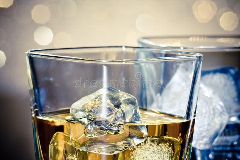 Primer de los vidrios del whisky fotos de archivo