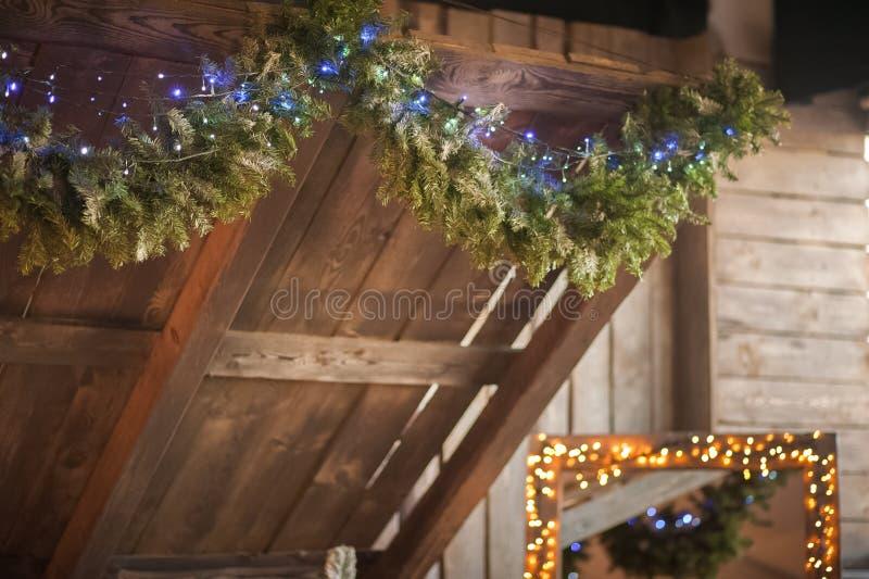 Primer de madera del tejado de la Navidad adornado con una guirnalda Dormitorio escandinavo del estilo interior bajo Navidad Made fotografía de archivo