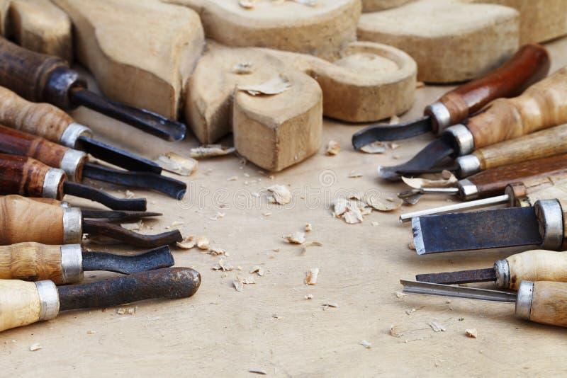 Primer de madera del trabajo de las tallas, de las herramientas y de procesos imagenes de archivo