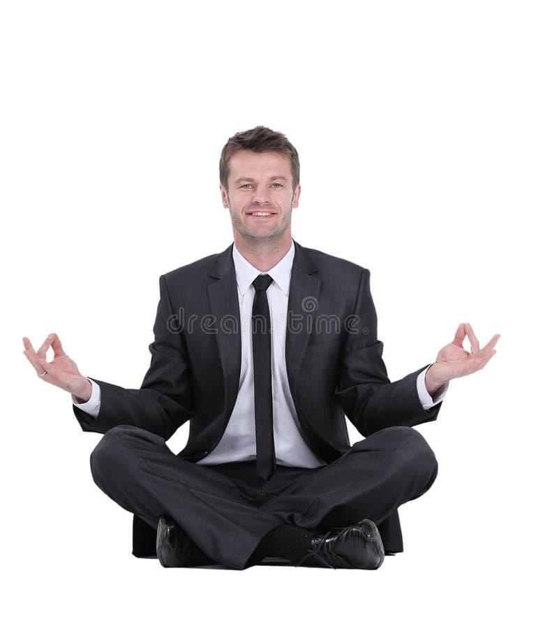 Primer de meditar atractivo del hombre joven aislado en blanco imagen de archivo