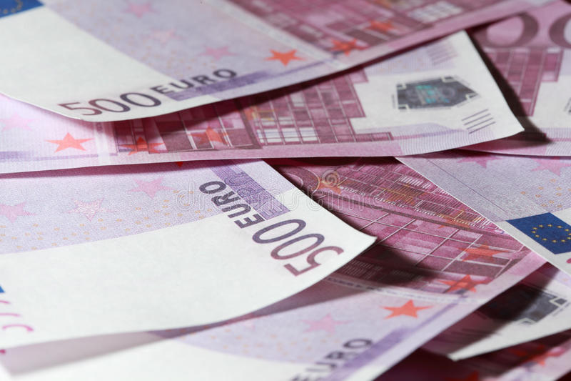 Primer de muchos manojo de 500 billetes de banco euro fotos de archivo libres de regalías