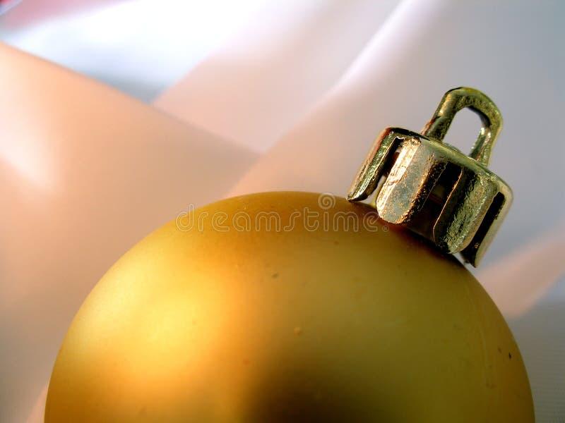 Primer de oro de la bola de la Navidad foto de archivo libre de regalías
