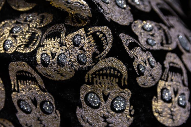Primer de oro Hal del modelo de Gem Skulls Rhinestones Fabric Texture foto de archivo