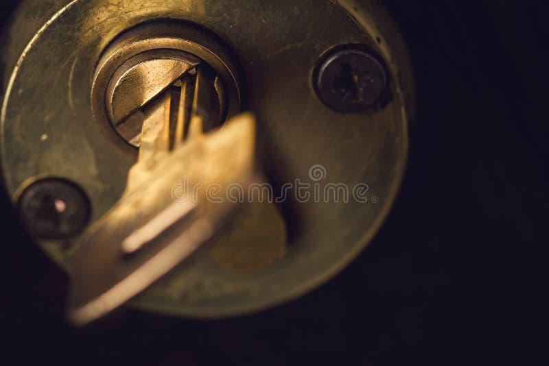 Primer de pares de llaves en cerradura de puerta de madera fotografía de archivo
