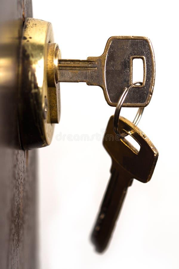 Primer de pares de llaves en cerradura de puerta de madera fotos de archivo libres de regalías